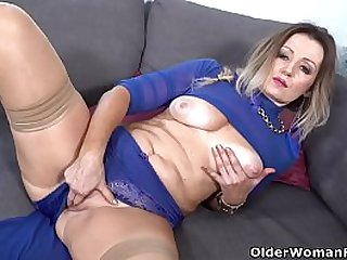 Curvy milf Mia gets pussy soaked and ready