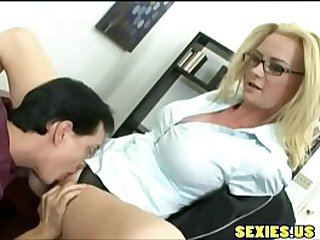 Eat pussy milf in the office